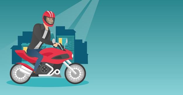 Junger kaukasischer mann, der ein motorrad nachts reitet.