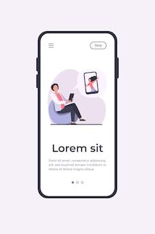 Junger kerl, der im stuhl sitzt und mit mädchen plaudert. smartphone, datum, freund flache vektorillustration. mobile app-vorlage für kommunikations- und digitaltechnikkonzept