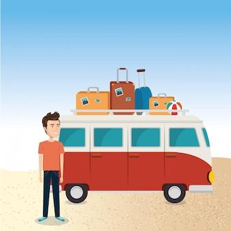 Junger mann am strand mit koffer und auto