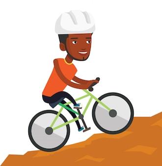 Junger mann auf dem fahrrad, das in den bergen reist.
