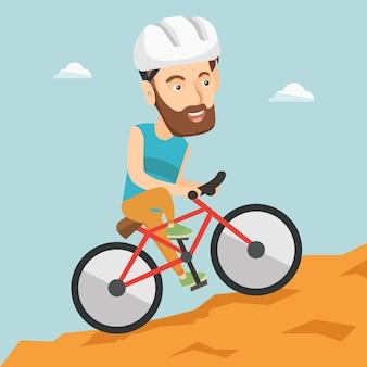 Junger mann auf dem fahrrad, das in die berge reist.