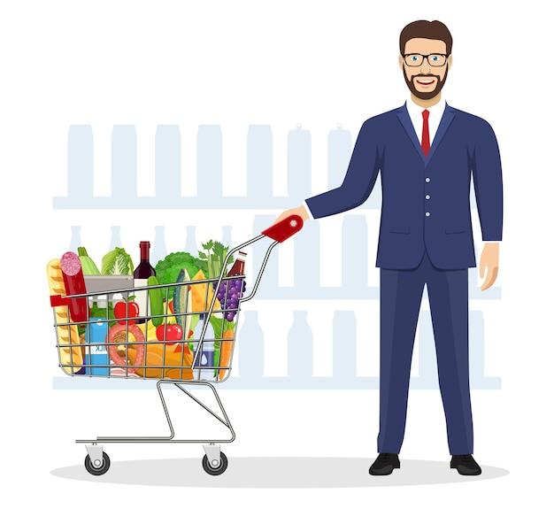 Junger mann beim einkaufen von lebensmitteln