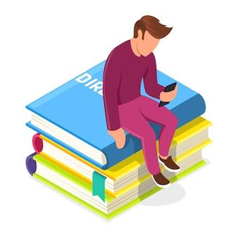 Junger mann, der auf stapel bücher sitzt und zu smartphone schaut. typ, der eine medienbibliothek oder einen administrator verwendet, der unterstützung bietet. virtuelles repository für visuelle inhalte, audio, dokumente. isometrisch.