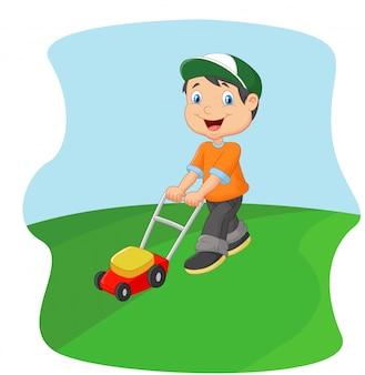 Junger mann, der gras mit einem stoßrasenmäher schneidet