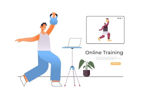 Junger mann, der körperliche übungen macht, während er online-video-trainingsprogramm sieht
