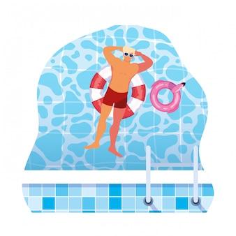 Junger mann mit badeanzug und schwimmleibwächter im wasser
