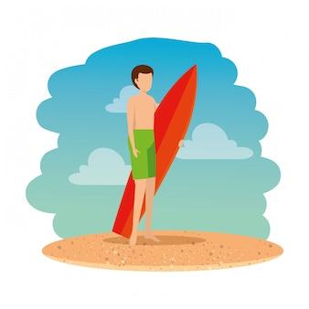 Junger mann mit badeanzug und surfbrett am strand