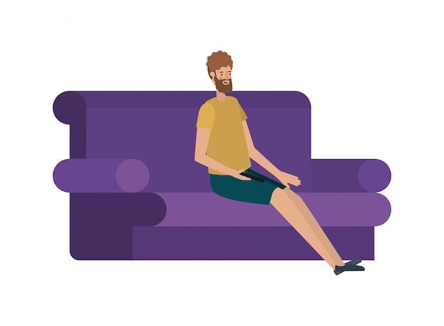 Junger mann mit bart im sofa sitzen