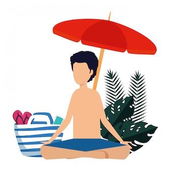 Junger mann mit übendem yoga des badeanzugs und des regenschirmes