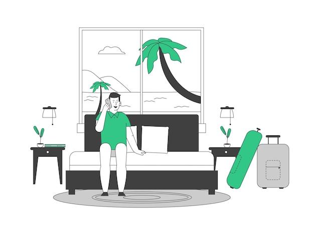 Junger mann tourist sitzt auf couch im hotelanzug