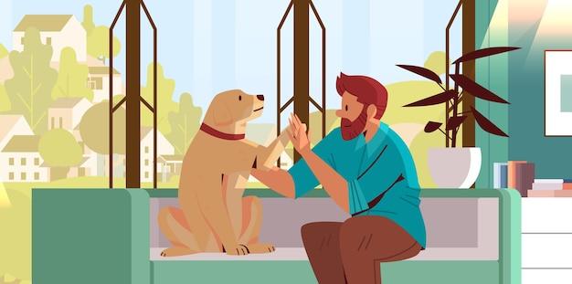 Junger mann verbringt zeit mit hundebesitzer und süßer haustierfreundschaft mit haustierkonzept
