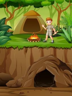 Junger pfadfinder in der campingzonenszene