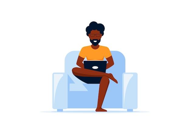 Junger schwarzer mann, der im stuhl sitzt und am computer arbeitet. fernarbeit, home office, selbstisolationskonzept. flacher stil.
