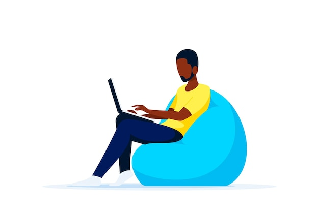 Junger schwarzer mann, der im stuhlbeutel sitzt und am computer arbeitet. fernarbeit, home office, selbstisolationskonzept. flacher stil.