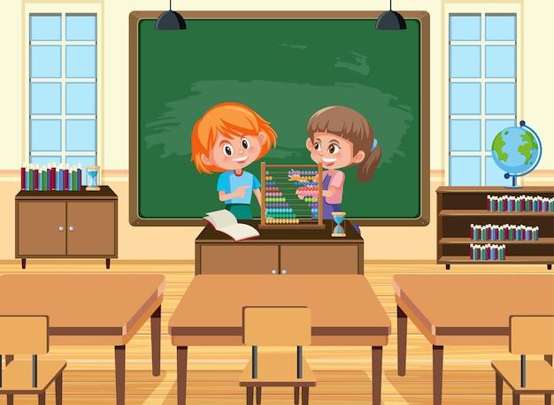 Junger student, der abakus vor dem klassenzimmer spielt