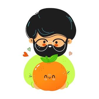 Junger süßer lustiger mann hält mandarine in der hand