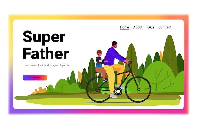 Junger vater, der fahrrad mit vatervaterkonzept des kleinen sohnes reitet, der zeit mit seinem kind landschaftshintergrund horizontal verbringt