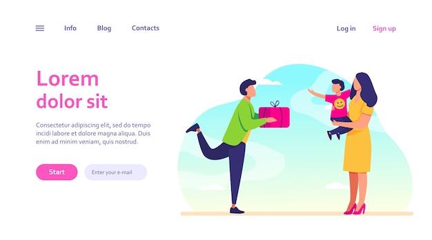Junger vater gibt frau mit kind geschenk. geschenk, schachtel, junge. familien- und geburtstagskonzept für website-design oder landing-webseite
