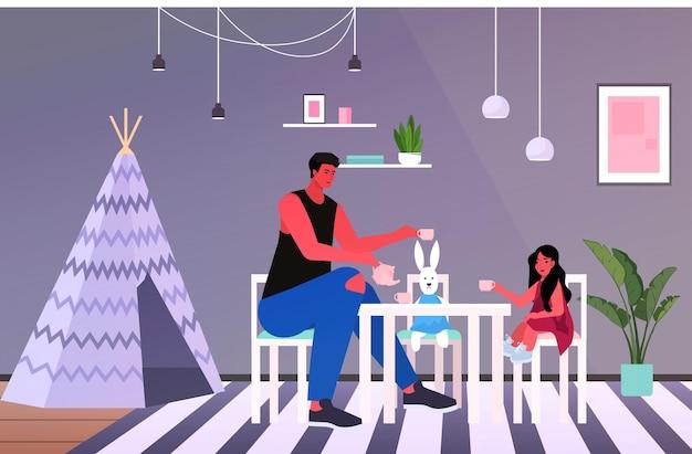 Junger vater und kleine tochter spielen teeparty mit spielzeugbechern elternschaft vaterschaftskonzept papa verbringen zeit mit seinem kind zu hause in voller länge horizontale vektor-illustration