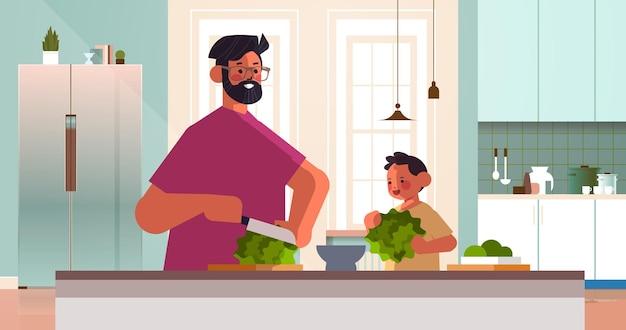 Junger vater und kleiner sohn bereiten gesunden gemüsesalat zu hause küche elternschaft vaterschaftskonzept papa, der zeit mit seiner horizontalen vektorillustration des kinderporträts verbringt