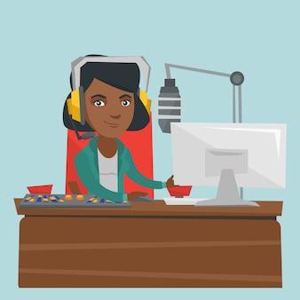 Junger weiblicher afroamerikaner dj, der an radio arbeitet.