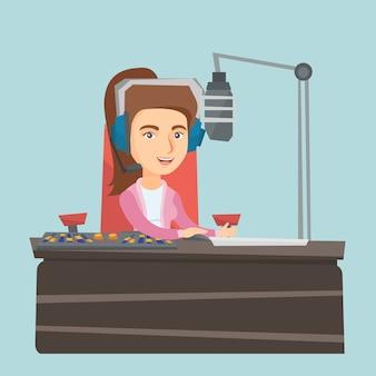 Junger weiblicher kaukasier dj, der an radio arbeitet.