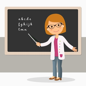 Junger weiblicher lehrer an der tafel im klassenzimmer