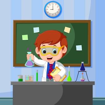 Junger wissenschaftler zeigt auf tafel und lächelt
