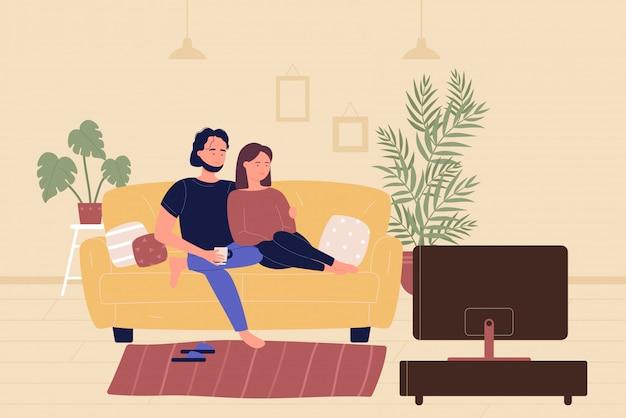 Junges familienpaar, das auf sofa sitzt und fernsehfilm im wohnzimmer sieht. heimfreizeit-freizeit, leute, die sich ausruhen und zeit zusammen cartoon flache illustration verbringen.
