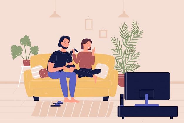 Junges familienpaar, das auf sofa sitzt und videospiele der fernsehspielkonsole im wohnzimmer spielt. heimfreizeit-freizeit, leute, die sich ausruhen und zeit zusammen cartoon flache illustration verbringen.