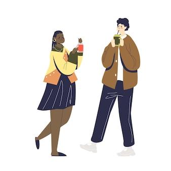 Junges karikaturpaar, das frischen und gesunden smoothie zusammen trinkt