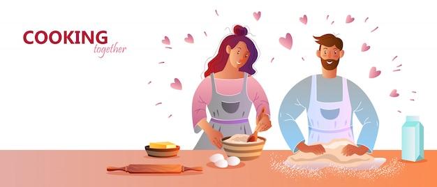 Junges lächelndes paar in schürzen, die zusammen pfannkuchen machen.