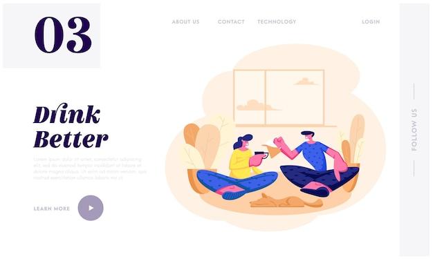 Junges liebendes paar, das auf couch im wohnzimmer sitzt, das zusammen am wochenendabend tee trinkt. liebe, freizeit, familie sparetime website landing page, webseite. karikatur-flache vektor-illustration