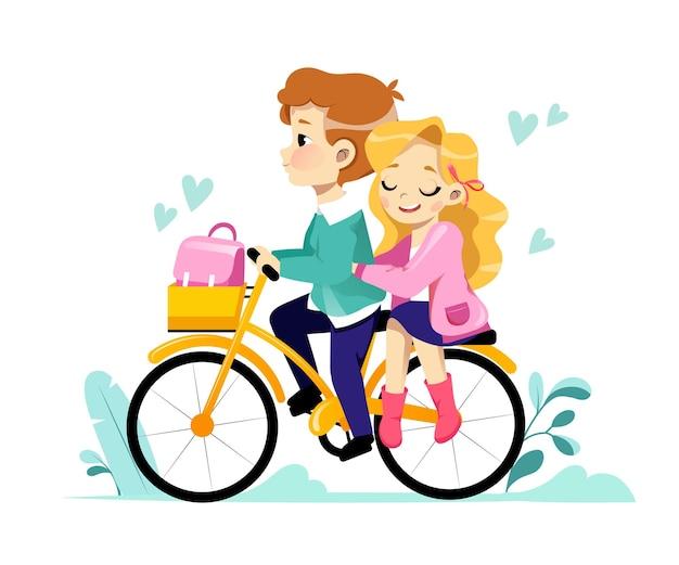 Junges liebendes paar, das fahrrad zusammen reitet