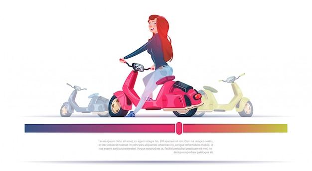 Junges mädchen, das elektrische roller-rote weinlese-motorrad-schablonen-fahne mit kopienraum reitet