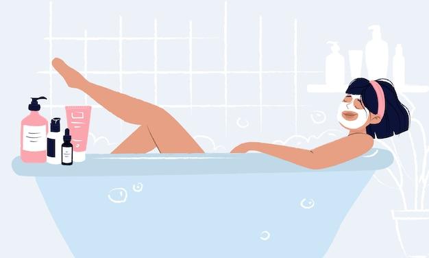 Junges mädchen, das in der badewanne mit gesichtsmaske liegt, die hygiene und selbstpflege tut und ihr schönheitsritual genießt.