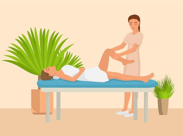 Junges mädchen, das warmsteinmassagevektorillustration hat. professionelle masseuse massiert den körper des patienten. entspannendes lügen der frau auf tabellenluxusbadekurortsalon.