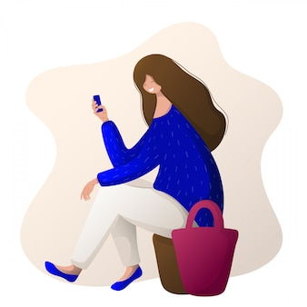 Junges mädchen mit der tasche und telefon, die das einkaufen, chating tut