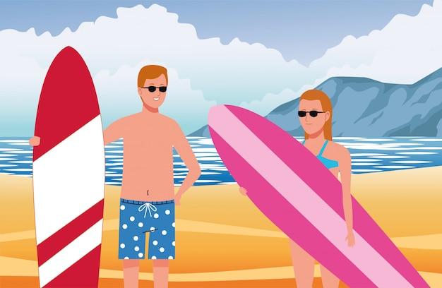 Junges paar, das badeanzüge mit surfbrettern auf der strandszene trägt