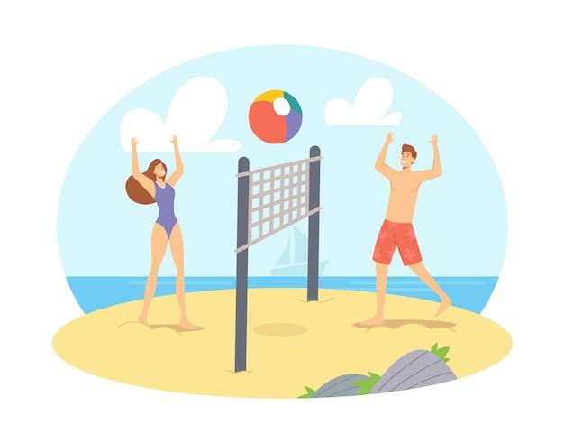 Junges paar, das beach-volleyball am meer spielt, werfen ball zueinander. glückliche familie, ehefrau und ehemann freizeit