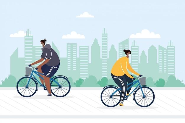 Junges paar, das fahrrad trägt, das medizinische masken trägt