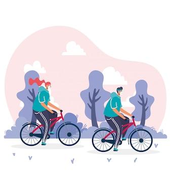 Junges paar, das medizinische masken in fahrrädern trägt