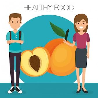 Junges paar mit gesundem lebensmittel des pfirsiches