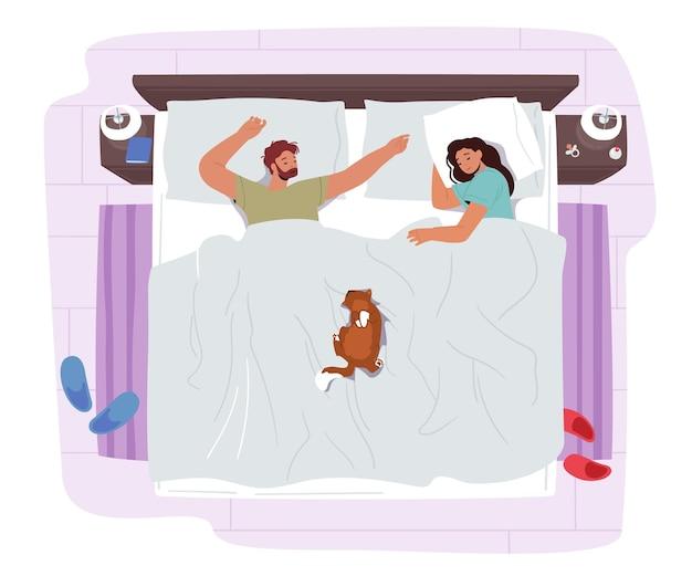 Junges paar schläft auf dem bett mit lustiger katze. männliche und weibliche charaktere nacht entspannen. mann und frau im pyjama schlafen mit haustier, das in bequemer pose-draufsicht liegt. cartoon-menschen-vektor-illustration