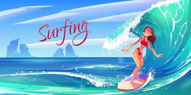 Junges surfmädchen, das ozeanwelle an bord reitet