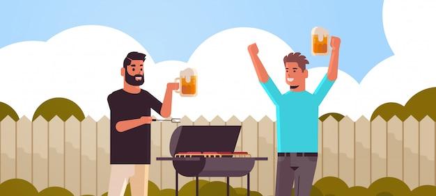 Jungs paar, das fleisch auf grill afroamerikaner männer trinkt bier im freien freunde, die spaß hinterhof picknick grillparty konzept flaches porträt horizontal haben
