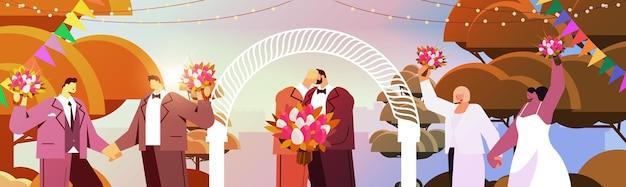 Jungvermähltes schwules paar mit blumen, die sich in der nähe von hochzeitsbogen küssen, transgender-liebe lgbt-community-hochzeitsfeier