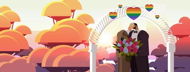 Jungvermähltes schwules paar mit blumen, die sich in der nähe von hochzeitsbogen küssen, transgender-liebe lgbt-gemeinschaft hochzeitsfeier konzept porträt horizontale vektorgrafik