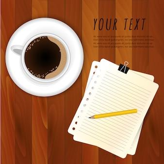 Kaffee auf hölzerner tabelle mit papieranmerkungsschablone