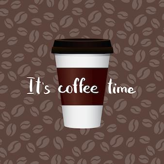 Kaffee in pappbecher mit schriftzug auf kaffeebohnen. banner mit tasse papierkaffee